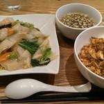 中華naきもち - エビあんかけ焼きそばと麻婆豆腐丼のセット(880円)
