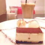 Cafe Clico! - アイスカフェラテとティラミスを注文。 ティラミスにはバナナ、生クリーム、アイスが 付いているのでいろんな味が楽しめます◎