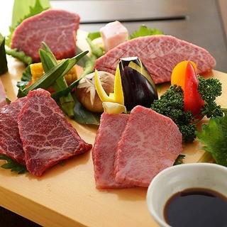 厳選された上質なお肉は、その日のおすすめを盛り合わせでご提供