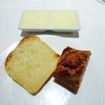 コンヴィヴィアリテ - グリュイエールチーズの自家製パン  ル・シュクレ・クールのバゲット  有塩発酵バター、無塩バター添え