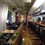 オステリア・ド・イタリア オリーブ - カウンター席とテーブル席の店内