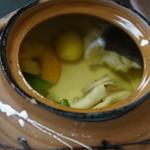 瑠璃京 - 土瓶蒸し;鱧、海老、銀杏、キノコ