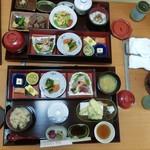 グラーヴ和室 - 料理写真:叔母の「ステーキ御膳・松」6,600円(向う側)と、私のランチ限定「四季彩游膳」2,000円(手前)