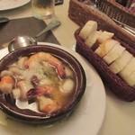 サンチョ・パンサ - アヒージョはたっぷりの魚介を使ったアヒージョ、添えられたバケットと一緒にいただきました。