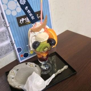 伊達かふぇ - かっこいい三日月クッキーのついた「政宗パフェ (780円)」