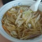 春本食堂 - 野菜ラーメン。キャベツ、もやし、にんじんなどなど。野菜炒めをラーメンに投入した感じ!
