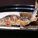 京都 吉兆 - 焼物:吉田川の鮎塩焼き