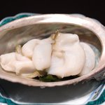 京都 吉兆 - 強肴:薄く切ったアワビに肝を付けて
