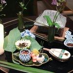 京都 吉兆 - 八寸:すっぽんの煮凝り、ホタテ道明寺、ごりの甘辛煮、人形茸の山椒に、舞茸、菊花の白和え、すずこいくら、車エビ