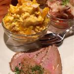 スペイン食堂 Deco2階 - かぼちゃクリームチーズサラダ、鴨の生ハム、タコのマリネ