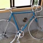 LAND - コンクリート剥き出しの店内は、まず自転車が出迎える。