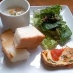 VERDE - スープとパンとサラダのセット