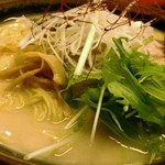 大阪の味らーめん 喜らく - 塩豚骨ラーメン756円の大盛り