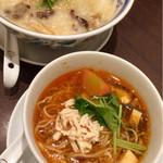 謝朋殿 粥餐庁 - 5種類きのこ粥とサンラータン麺のセット。杏仁豆腐付き