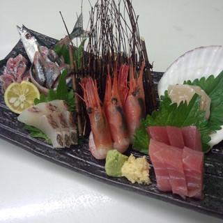 自社自営の魚店が宮古から直接仕入れた魚介をリーズナブルに提供