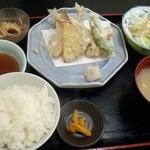 42297280 - 本日の定食(800円) キスとトラハゼの天ぷらを選択しました