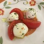 サイゼリヤ  - フレッシュチーズとトマトのサラダ299円