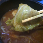 はせ川 - 魚介系のつけ汁の中にはキャベツ、モヤシ、ナルト、自家製辛みそが入ってま〜す(*^◯^*) キャベツをリフトしました〜