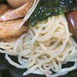 はせ川 - 麺がツヤツヤに輝いています♪( ´▽`)  つけ麺の上には豚バラチャーシュー、半熟煮玉子、海苔、カイワレがトッピング❤️