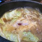 はせ川 - 石鍋辛みそつけ麺のつけ汁アップ〜(*^◯^*)♪  グツグツ煮えたぎっていますΣ(゚д゚lll)