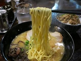 博多とんこつラーメン わ蔵  板橋本店 - 極細ストレートでするするっと食べれるボリューム。