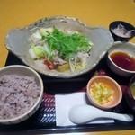 大戸屋 - 料理写真:私の頼んだ四元豚とたっぷり野菜の蒸し鍋定食、822円です。