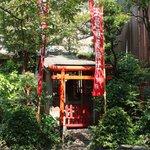 尾花 - 中庭には稲荷神社がある
