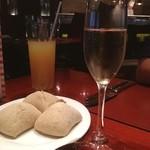 地中海料理 「アチェンド」 - シャンパンで乾杯! パンはほかほかで、もっちりしてて美味しかった。こちらは、お代わり無料です!