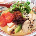 博多担々麺 とり田 - 夏季限定(7月~9月)の冷やし担々麺950円。+5辛100円。具沢山でとてもキレイなビジュアルです。