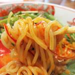 博多担々麺 とり田 - 酸味が少ないゴマドレのような濃厚スープです。                             時折、噛む中国山椒の実にシヴィれます♪                             麺はシコシコのストレート細麺です(博多ラーメンよりは太いですが)。
