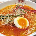 博多担々麺 とり田 - シグネチャーメニューである特製担々麺950円。                             辛いのが苦手な同僚は、デフォルトが3辛に対して、1.5辛をリクエスト。                             ちなみに0辛にも出来ます。