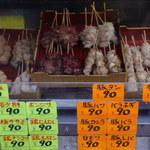 肉の店 鳥吉 - このキャッチ―な商品と値札が店頭にディスプレイされてます。