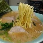 本牧家 - 麺は酒井製麺。