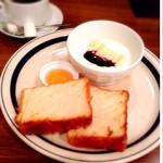 ワイアードカフェ - ヨーグルトとデニッシュパンのモーニングセット(ホットコーヒー)