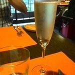 42325344 - シャンパンで乾杯♪