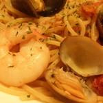 自由ヶ丘グリル - シーフードビアンコスパゲッティ;アップ;魚介がゴロゴロ
