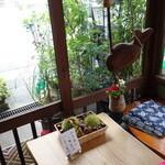 大津屋 - イートイン用に小さな机といすもあります