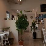 アクロス カフェ - 白色が基調の店内
