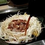 松尾ジンギスカン - 野菜にタレをかけて焼いていきます(肉はマトンジンギスカン)。