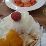 財宝パーラー - 手前がミルクかき氷。マンゴーと杏仁豆腐がのってます。