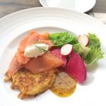 ロイヤルガーデンカフェ - スモークサーモンとポテトのパンケーキ ハニーマスタードソース1100円