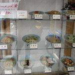 中華万来 - 店頭には、昭和風ベタな食品サンプルもあります。