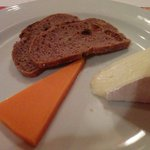 ワインビストロ エストラゴン - チーズとパン ドライフルーツが入っててワインに合う~(* ´ ▽ ` *)