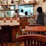 ヤナギ - 店内の様子、明るく雰囲気のよい洋食屋さん