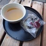 はやしのいきなり団子 - いきなり団子とサービスのお茶