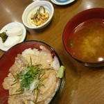 42350741 - まかない丼 味噌汁 小鉢 漬物