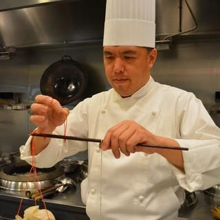 料理人の家の3代目として育った鄧徳勝(とうとくかつ)料理長