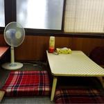 味軒食堂 - 座敷テーブル