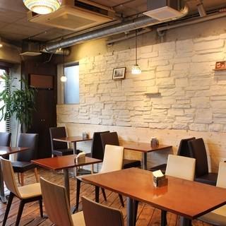 開放感のあるカフェスタイルの店内
