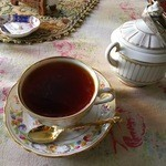 英国の風 マナーハウス - 紅茶が、なみなみと(・Θ・)